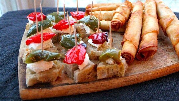 Faiza Hanna och Nizghat Ali arbetar på cateringföretaget Provins som specialiserat sig på mat från länder som Pakistan och Irak och har som affärsidé att anställa invandrarkvinnor från de delarna av världen. Här bjuder de på #labneh på toast med rostad paprika och tomat. Foto: Fia Gulliksson.