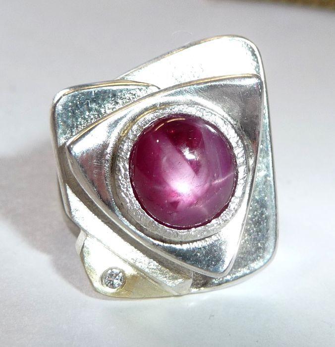 Goldsmith ontwerp ring in 925 zilver met 585 goud en diamant 1  1 ster robijn van 4.97 ct als nieuw  Gouden smith ring met 16.9 g gewicht de ring is gemaakt van 925 zilver met een echte gouden element gemaakt van 585 / 14 kt goud. In deze 14 kt gouden hoek ligt een brilliant cut diamond (H/VS) von 002 ct. Deze waarde is hallmarked achter op één ring hoofd hoek. Het centrum van het stuk is de grote cirkel gesneden star ruby cabochon. De natuurlijke ruby heeft een aparte 6 radiale ster die…