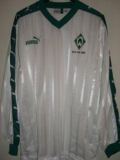 Saison 99/00 - Prototyp. Hätte Werder Arsenal im UEFA-Cup ausgeschaltet, wäre dies das Trikot fürs Halbfinale gewesen. Schade, sehr cooles Design, mit UEFA-CUP 2000 Schriftzug unter der Raute.
