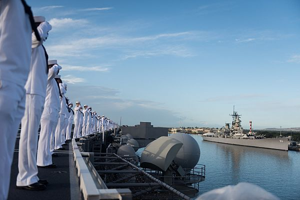 PACIFIC BR087-174 Mar (2 de diciembre de 2016) Los marineros saludan Como USS John C. Stennis (CVN 74) pasa el Memorial del acorazado Missouri y Llega a la Base Conjunta de Pearl Harbor-