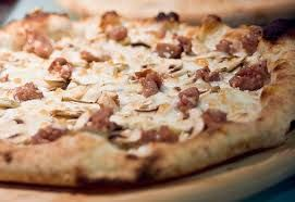 pizza boscaiola - mozzarella, funghi, salsiccia.