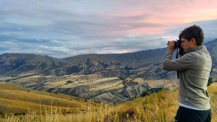 Escolher a estrada mais cênica da Nova Zelândia é uma tarefa praticamente impossível. Até agora todo lugar que a gente passou a gente pensou que era o lugar mais lindo.  Na foto a estrada que liga Queenstown a Wanaka (Crown Range). Mas também nos apaixonamos pela estrada que vai para o Mout Cook para o Fiordlands para Glenorchy para o Mount Aspiring.... Enfim isso é Nova Zelândia!  Em Wanaka nos hospedamos no X-Base hostel uma acomodação muito bem localizada com opção de quartos de casal e…