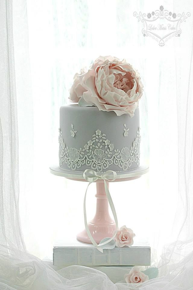 Mini cake with piped lace and David Austin roses - Leslea Matsis Cakes