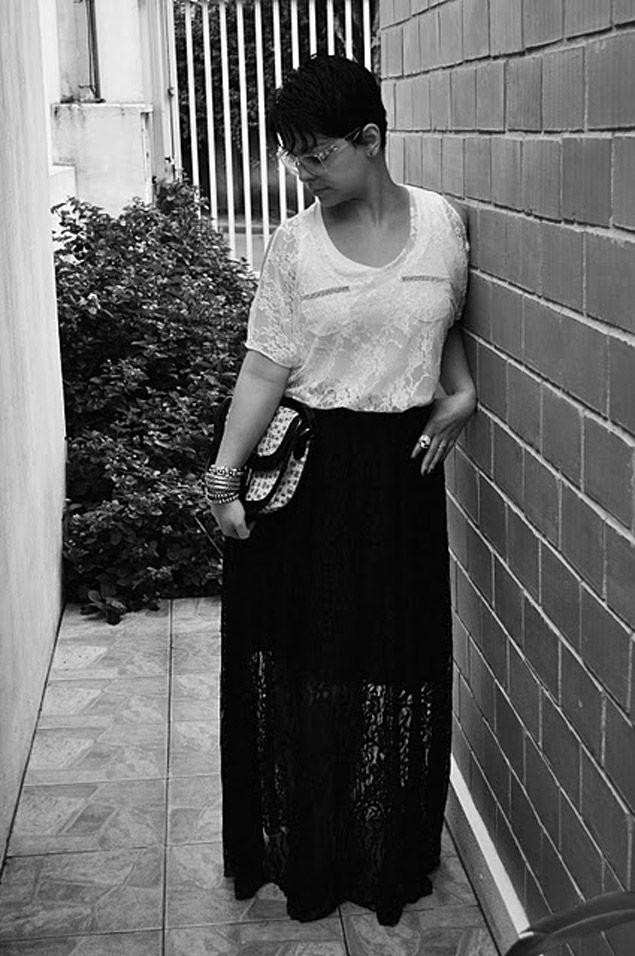 Sabe o que adoro neste look que a Elaine mandou para o Lookbook dos Lindos? Os CONTRASTES.Branco & preto, cabelo curto boyish & renda ultrafeminina, roupas românticas & acessórios rock and roll… Pega os detalhes para entender melhor o que estou falando: Sacou? Conseguir fazer essas misturas define um estilo, e o da Elaine está …