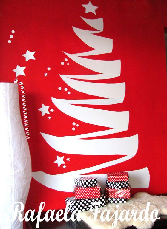 A parede é o suporte desta árvore de Natal, feita de papel contact. A internauta Rafaela Farjado, da comunidade Casa Claudia, foi quem teve a ideia prática.