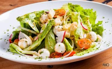 Salada grega com queijo de cabra ao molho de romã e ervas