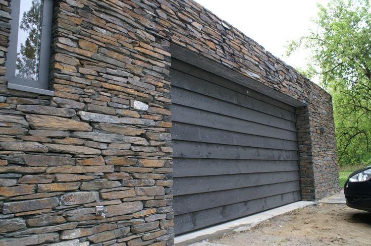 Houten garagedeur voorzien van potdeksel delen, zwart gebeitst.