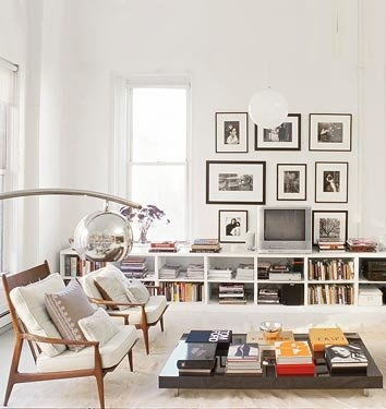 Love the mid-century chairs upholstered in white