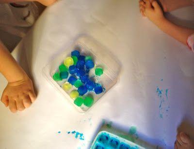 Colorare con il ghiaccio Realizzare i ghiaccioli colorati All'inizio il cubetto lasciava delle linee, poi iniziando a sciogliersi rilasciava delle ampie chiazze tenui di colore. Alcuni bambini hanno iniziato a metterli in fila a secondo del colore, altri li facevano scivolare da una parte all'altra o dentro le mani.