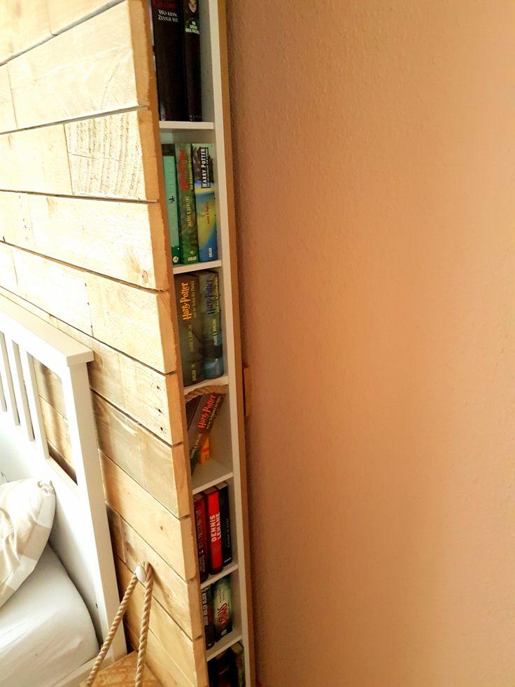 Schlazimmer: Wand aus Palettenholz hinter dem Bett inkl. Stauraum/-fächer zum seitlichen ausziehen, Ikea-(CD)Bücher-Regal, DIY Do it yourself - selber machen