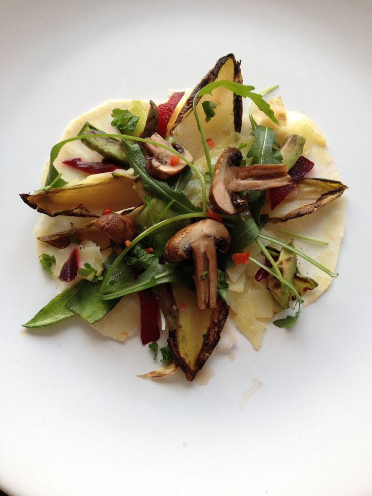 Knolselderij 'carpaccio' met gegrilde champignon, witlof en courgette, gepofte aardappel en biet en rucola.