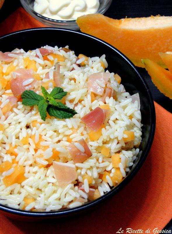 Insalata fredda di riso con melone e speck. Primo piatto freddo