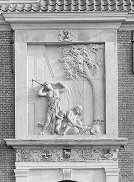 Gevelreliëf van het Pesthuis door Rombout Verhulst uit 1660 stelt voor de pest in de gedaante van een furie (oorspronkelijk voorzien van een gesel, zoals nog te zien is op de foto uit 1943) met een wolf. Naast haar een uitgeteerde moeder die haar stervend kind vasthoudt en een kind dat zich aan de furie vastklemt. In het fries boven de deur zijn de wapens van de vijf regenten van het Pesthuis afgebeeld.