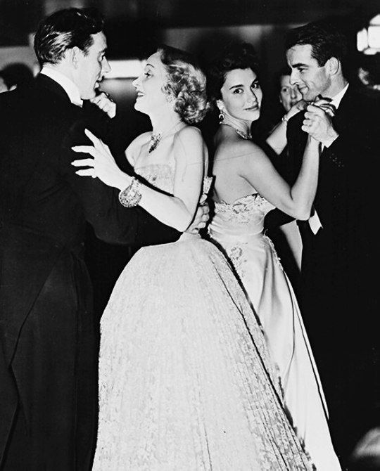 Michael Wilding, Marlene Dietrich, Linda Christian e Montgomery Clift ad un party a Hollywood 1950