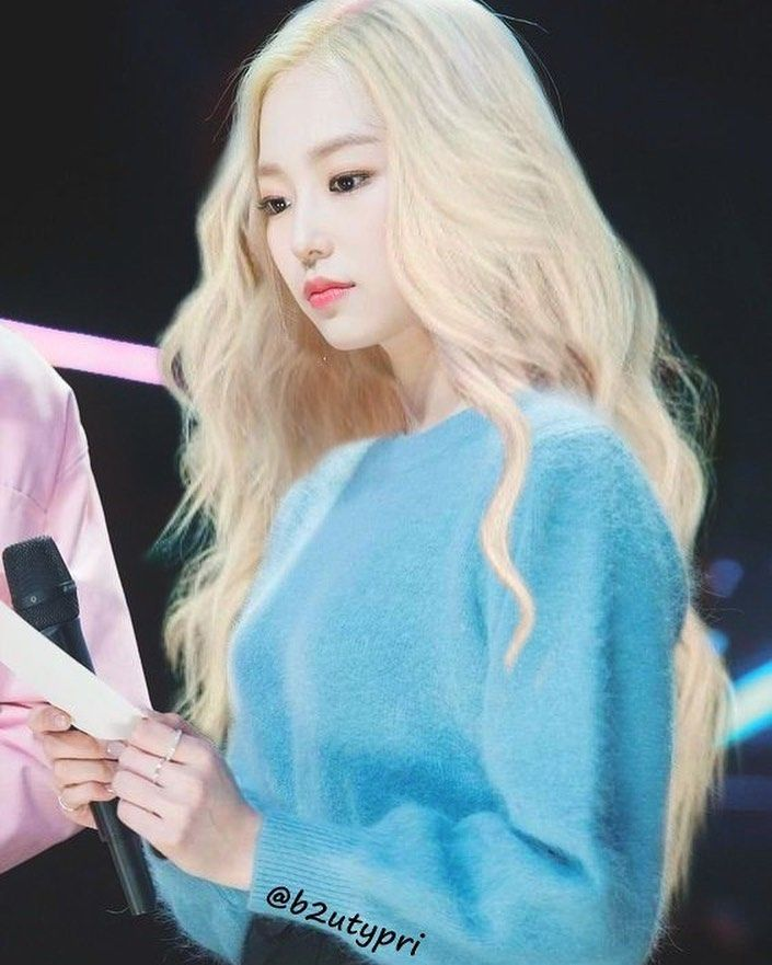 I Ve Always Wanted To Edit Yeeun With Long Blonde Hair But I Failed Really Hard She Looks So Freaking Amazing In 2020 Long Blonde Hair Long Hair Styles Blonde Hair