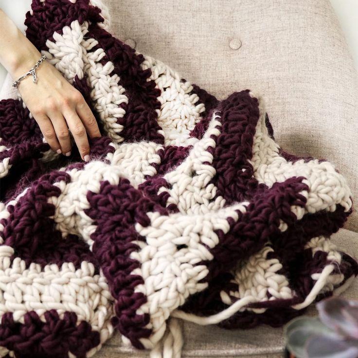 Tadaaa! Wir haben eine superschöne Decke im Boho Stil gemacht und sind total vernarrt in die kuschelig weiche Wolle! Genau das richtige bei dem blöden Wetter da draußen. Wir werden es uns heute Abend damit gemütlich machen. Habt es schön Ihr Lieben 😚 Übrigens das DIY und unsere Erfahrungen beim Häkeln findet Ihr im neusten Blogpost!    #häkeln #chunkyknit #bohostil #sofadecke #blanket #knitblanket #wohnklamotte #wohnklamottediy #stricken #knitted #simonecardigan #peach ##dekoration #deko