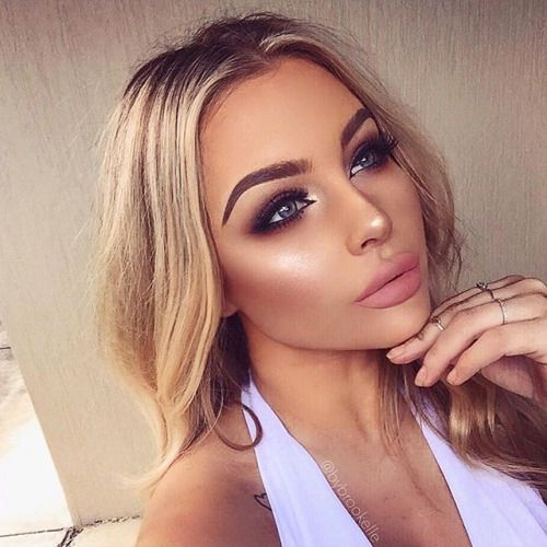 gorgeous make up, smokey eye, winged eyeliner, highlighter, contouring, nude lips, blonde hair, flawless skin foundation