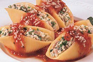 Des coquilles géantes, farcies d'un mélange à la viande et cuites au four dans une sauce pour pâtes.