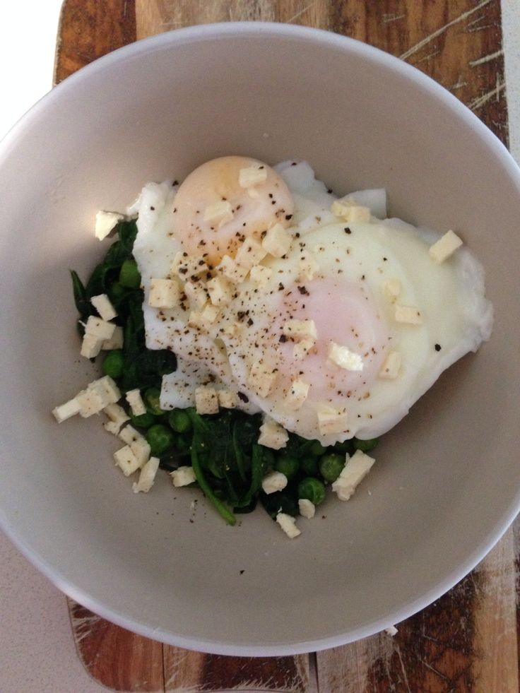 Poached eggs with frozen peas, spinach and feta. #iqs #iqs8wp