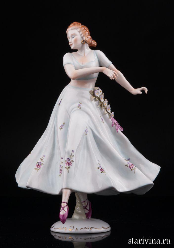 Танцующая девушка в платье с цветочной гирляндой, Sitzendorf, Германия.