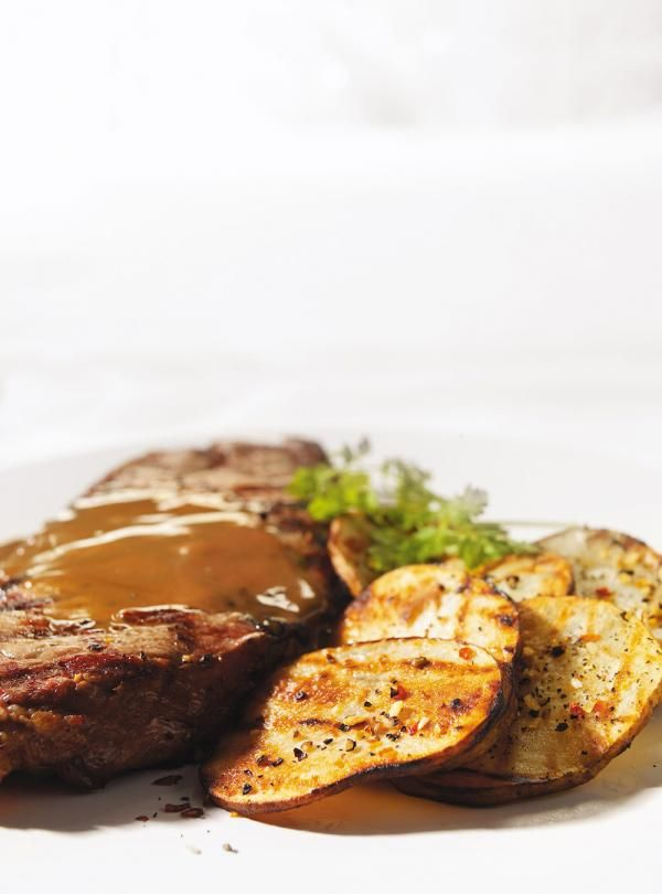 Steaks New York grillés au beurre noisette au vinaigre balsamique et à la crèmeRecette rapide de boeuf sur le grill avec deux recettes de beurre: un au vin rouge, l'autre à la crème et au vinaigre balsamique.