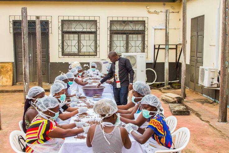 """Une start-up ivoirienne a présenté le premier bloc de chocolat """"Made in Côte d'Ivoire"""", conçu à partir de fèves de cacao certifiées commerce équitable. Avec 40 % du marché mondial, la Côte d'Ivoire est le premier producteur mondial de cacao. Et pourtant, seule une petite partie des fèves sont..."""