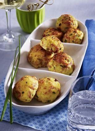 Kartoffelpüree-Bällchen mit Kochschinken, Emmentaler und Dijon-Senf. Potato mash balls with ham, cheese and mustard.