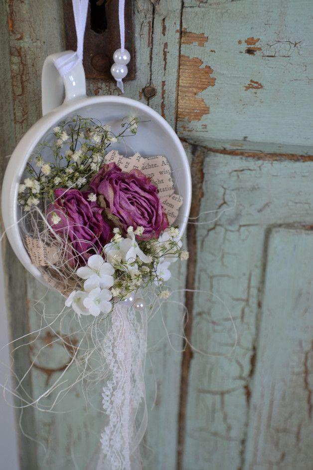 In einer Tasse, liegen 2 Rosen, weiße Blüten, alte Schrift, Spitze und Band... Einfach mal so oder als Geschenk für die gute Freundin... Durchmesser 10cm Länge: mit Aufhänger (Ohne Bänder) 21cm