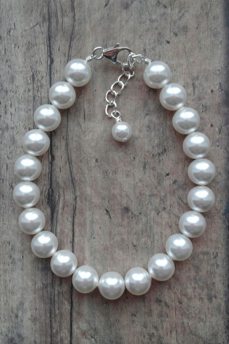 Emma bracelet: Pearl Bracelet that goes with everything // Preppy Accessory // Click to shop