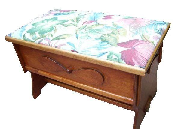 CLAF - Linda Banca Baul Tapiz Floral (Cod 576 - Banca Baul) Fabricada en madera terciada lisa. Pintada y barnizada Tapiz acolchado foral Soporta más de 100 kg Medidas: - Frente: 68 cm - Ancho: 37 cm - Alto: 42 cm Precio: $ 28.000 www.claf.cl