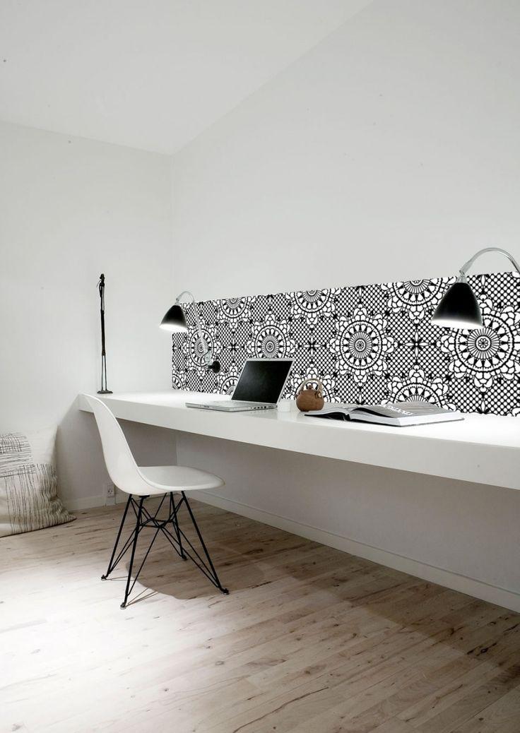 Une crédence façon carreaux de ciment pour le bureau. barefootstyling.com