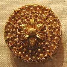 Las joyas etruscas eran de muy buena calidad y son facieles de reconocer debido a su caracteristica tecnica decorativa, que recibia el nombre de granulado. se empplaban variedad de joyas broches, guirnaldas, colgantes, petos, fibulas y pulseras.