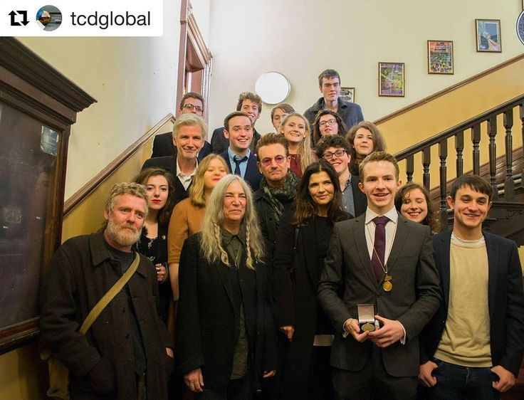 #Repost @tcdglobal ・・・ Congrats to artist Patti Smith who was awarded the Burke medal for outstanding contribution to the arts last Friday (Nov 4th) by The Hist #pattismith #bono #u2 #glenhansard #theframes #trinitycollegedublin #trinitycollege - Regardez cette photo Instagram de @u2news • 829 J'aime