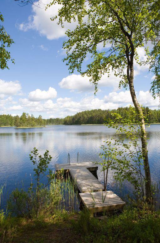 Suomalainen järvimaisema ja luonnon rauha saa kehuja.