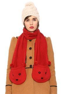 Bufanda roja con bolsillos en forma de oso