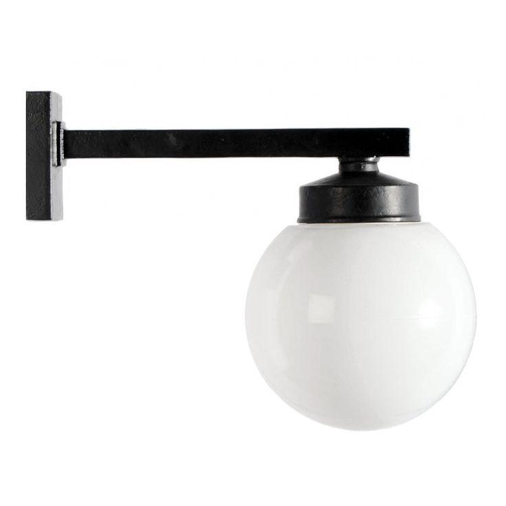 Klassisk belysningsarmatur i Funkisstil. Förlaga från 1930-talet. Svartlackerad gjutjärn med 180 mm opalvit glob. Bygger 350 mm ut från vägg. IP44.