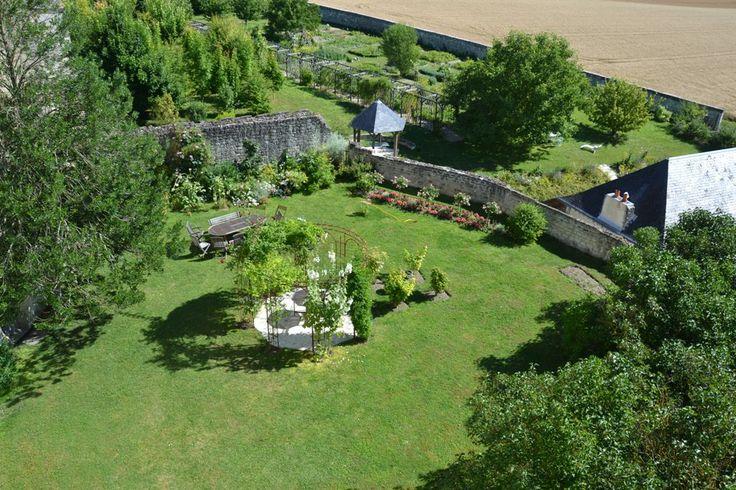 Attardons-nous dans l'espace intime et privilégié du jardin suspendu. Let us enjoy the intimacy of the hanging garden of Chateau de la Motte