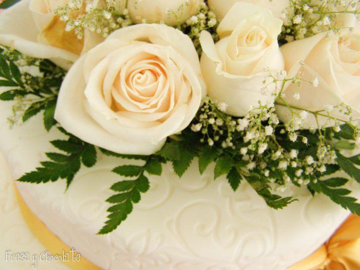 Tarta de boda con flores naturales
