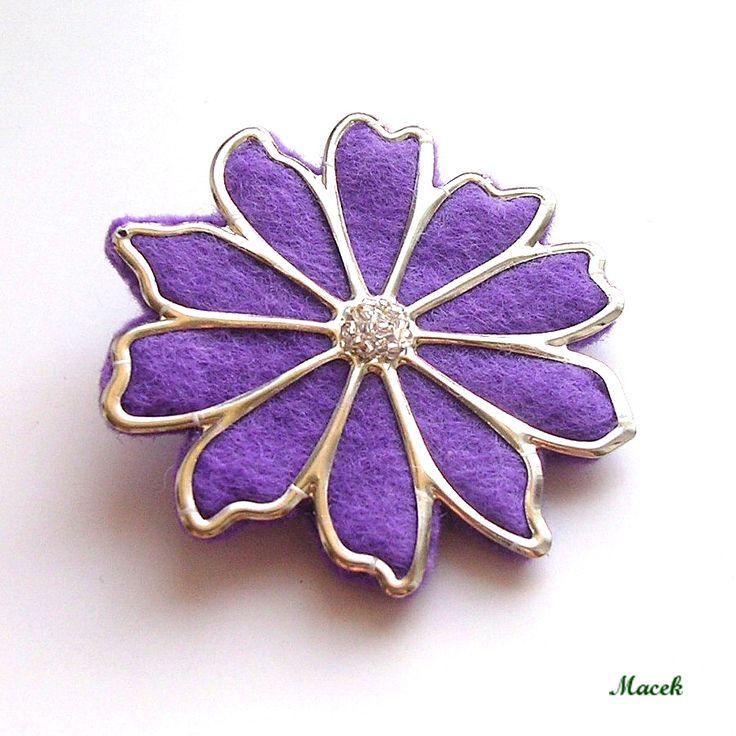Kvítko+Brož+z+fialové+plsti,+která+kopíruje+komponent+květiny+v+barvě+stříbra.+Střed+je+vyšitý+čirým+rokailem.+Průměr+6cm.+Zapínání+na+brožový+můstek.