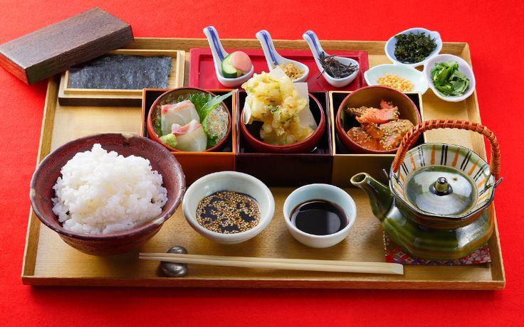 ランチメニューのご紹介です。行列の絶えない人気店としてテレビ・メディアで話題沸騰の銀座米料亭。京都の老舗米屋が提供する土鍋釜で炊きたての銀シャリご飯は、ランチ・一人旅・デートや、夜はおもてなしの場として会食にもオススメです。