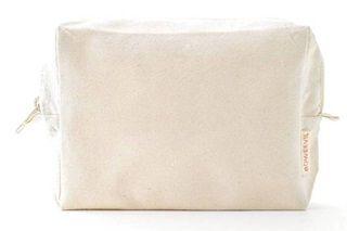 Mooie toilettas, van het merk Bo Weevil. Gemaakt van 100% biologisch katoenen, (ongebleekte) natural kleurige canvas (340 gr/m2), GOTS-gecertificeerd. Mooi afgewerkt met een stoere rits.      Formaat toilettas: 22x16 cm, de bodem is 6 cm breed. Het kan gewassen worden op 30-40 graden, de krimp is minimaal. Het materiaal is ook zeer geschikt om te bedrukken of te borduren.      Geproduceerd in India.       Bo Weevil is de Nederlandse pionier op het gebied van biologische katoen en bracht…