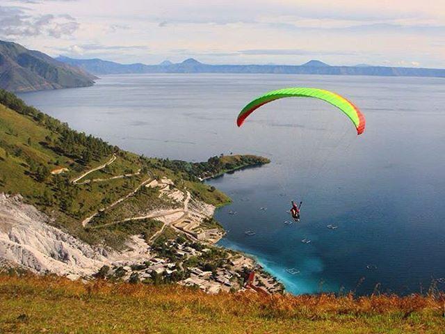 Terpikir untuk terbang paralayang di atas Danau Toba lalu terjun melayang bebas ke air . Kayaknya seru. Ayo kita coba segera @ireneschoggers  . Semoga bisa terwujud di Festival Danau Toba tahun ini  ( : @ireneschoggers )