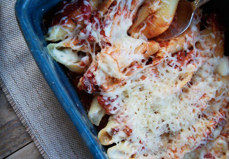 Voici une recette simple et délicieuse de coquilles farcies à la ricotta qui se prépare en un rien de temps et qui séduire votre entourage ! Ingrédients pour 4 personnes : 24 conchiglioni (grosses pâtes en forme de coquilles) parmesan et gruyère râpé Ingrédients pour la sauce tomate : 4 tomates bien mûres 1/2 concentré Read More