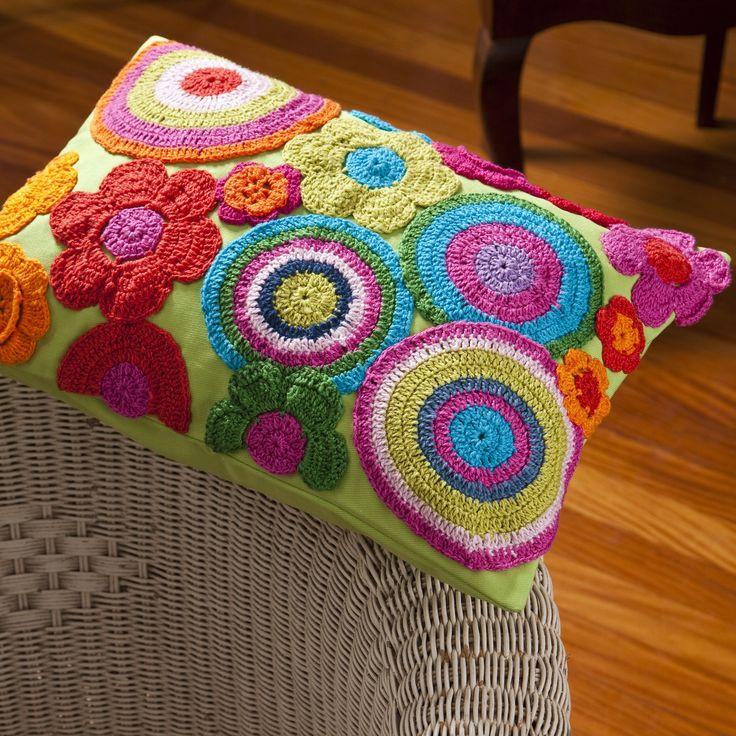 Capa de Almofada Rodas e Flores- 100% Sarja / Crochê - Bordado à mão. Produto Exclusivo Alfaias, por R$169