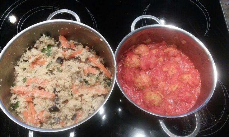 Vegetarische balletjes in tomatensaus met groentencouscous  Recept voor 2a3p: 4 dunne wortel 1 aubergine 1 courgette  1 grote tas couscous  1 pakje vegetarische balletjes 200g 1 blik tomatenblokjes  1ui   Snij de ui fijn en stoof aan. Voeg balletjes toe. Voeg tomatenblokjes toe. Kruid met peper, zout, cayennepeper, oregano en thym.   Snij de groenten in grovere stukken en stoof aan. Blus met water om gaar te maken. Boeg couscous toe alsook dezelfde hoeveelheid kokend water en laat opzwellen.
