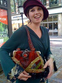 De hoed komt uit Groningen en  de vintage tas is geleend van haar zus