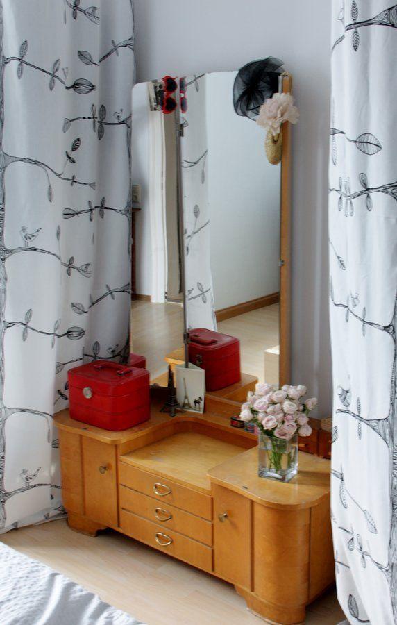 Omas alte Frisierkommode #interior #interiorideas #einrichtung #einrichtungsideen #deko #dekoraktion #decoration #zimmer #room #living #retro #schminktisch #wood #holz  Foto: nini.