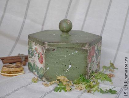 Короб `КЛУБНИКА`.. Короб для хранения сушёных трав или ягод. Украсит Вашу дачную кухню. Долгими зимними вечерами будет напоминать о лете.  Внутри натуральное дерево. Безопасно для хранения пищевых…