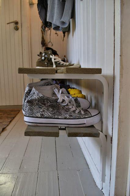 Saras stove: Hjemmesnikret skohylle og nymalt gulv i gangen.
