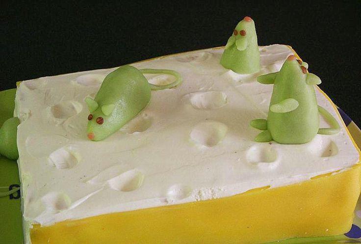 Eh oui encore un gâteau mais voyez-vous ma fille et mon neveu sont nés à 3 semaines d'écart et on a fêté leurs anniversaires ensemble. Mais voilà il faut qu'ils aient chacun leur gâteau. Ma fille a eu droit au 101 et mon neveu un gâteau en forme de gruyère...
